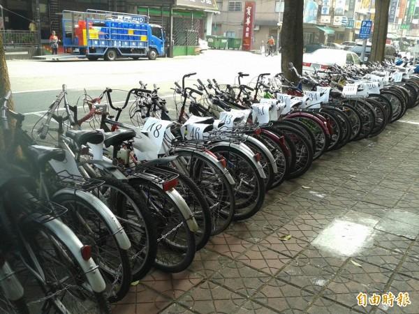 警方逮獲偷車賊,並起獲失竊腳踏車54輛。(記者方志賢攝)
