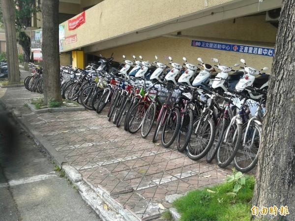 警方起獲遭竊的54輛腳踏車。(記者方志賢攝)