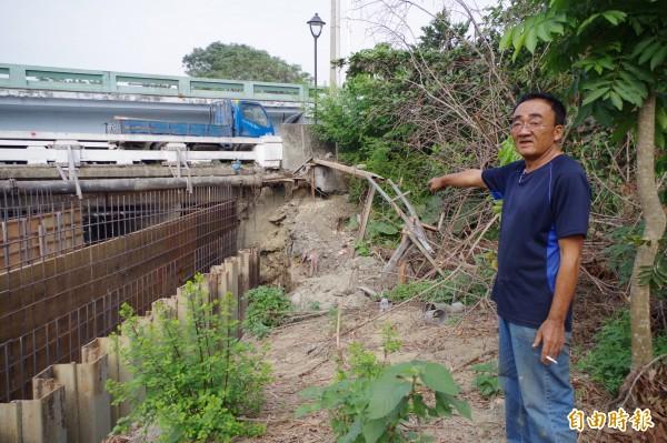 陳錫山手指彈頭發現處,就在博愛陸橋下方,他初步研判沒有危險性還徒手抱彈,後經軍警證實確認。(記者王善嬿攝)