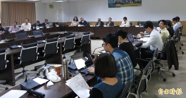 日本專家清水善久博士(左)就「運用GIS於城市天然氣管網的維護與抗震防災」議題與南市工務局分享交流。(記者洪瑞琴攝)