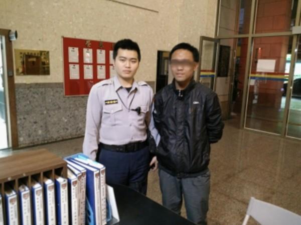 呂同學(左)買完點數後,跑到派出所詢問,意外省下8千元。(記者吳昇儒翻攝)