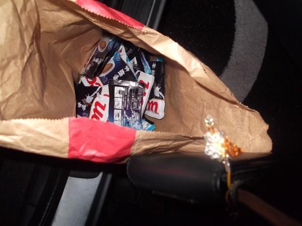 警方在副駕駛座搜出毒咖啡包。(記者吳政峰翻攝)