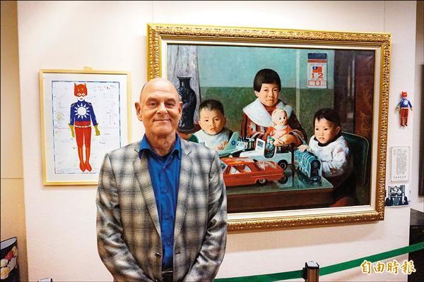 63歲荷蘭藝術家彼得豪特(Peter van Hout)以李梅樹作品《愛孫》為發想,創作出「台灣英雄」畫作及布偶,與李梅樹原著一同展出。(記者張安蕎攝)