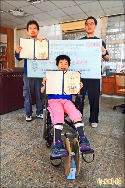 新生國中林郁倫(前)在老師王建今(左)、王士豪(右)指導下,設計出多功能復建輪椅。(記者張存薇攝)