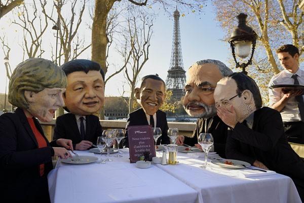 樂施會成員28日扮成世界領袖,期許巴黎氣候峰會能展現更大企圖心。(法新社)