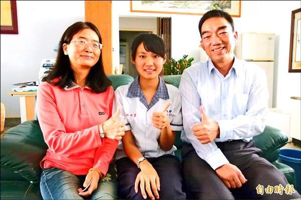 新港國中林沛萱(中)作文全國第一,指導老師賴麗絨(左)稱讚其為天才型學生。(記者蔡宗勳攝)
