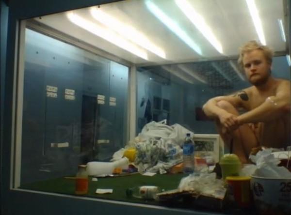 冰島23歲男大生澳拉桑在透明箱中進行藝術直播實驗。(圖擷取自YouTube)