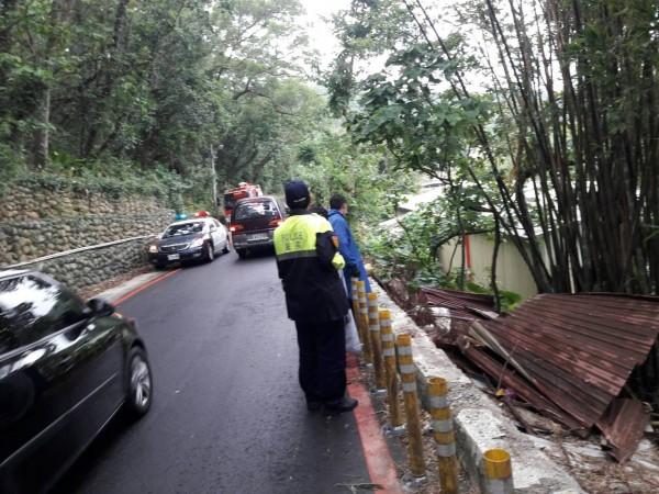 這輛自小客車墜落5米深山坡、女駕駛自行稅困無明顯外傷。(記者李容萍翻攝)