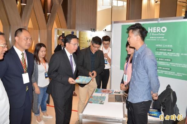 桃園市長鄭文燦參觀青年創業賽中,參展作品。(記者謝武雄攝)