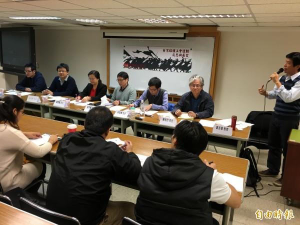 媒體改造學社今天召開座談會,討論台灣媒體工會運動的反思與展望。(記者陳炳宏攝)