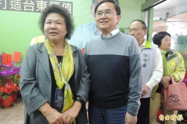 花媽陳菊(左)稱讚劉櫂豪(右)優質有理想。(記者張存薇攝)