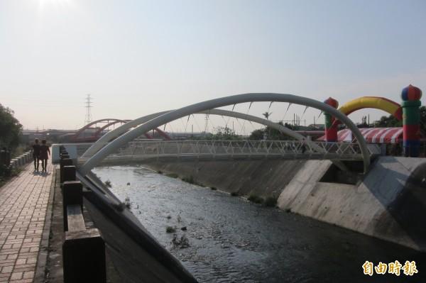 柳康橋橋身採鋼拱結構,像是一隻白色蝴蝶,與不遠處的紅色復光橋輝映。(記者何宗翰攝)