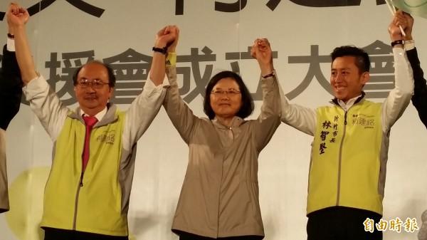 民進黨總統候選人蔡英文(中)宣示將與立委柯建銘(左)、市長林智堅(右)組成鐵三角,共同守護新竹市。(記者蔡彰盛攝)