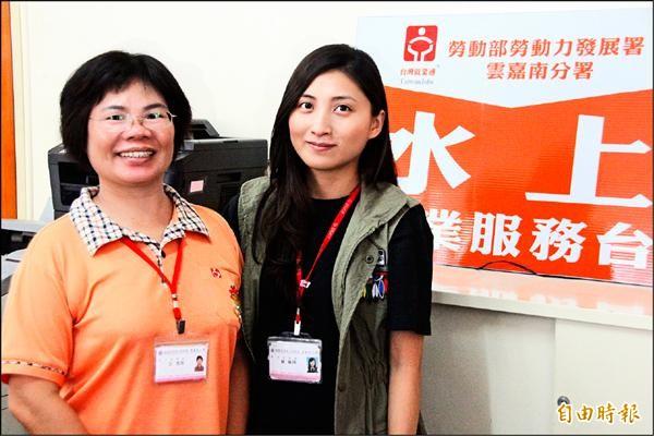 蘇姵榕(右)笑容甜美,用心面對每位求職者。(記者林宜樟攝)