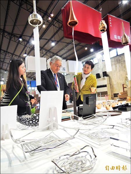 台灣設計展采風館國際邀展區,日本富山縣將當地工藝代表作分享給台灣人。(記者江志雄攝)