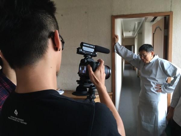 台北市長柯文哲,最近穿長袍馬褂,戴著西裝帽漫步市長室走廊,為蘭陽戲劇團《蔣渭水》拍宣傳片。(台北市政府提供)