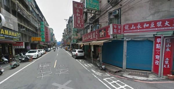 吳男見到小美在板橋大仁街等公車,上前搭訕。(圖擷取自Google Map)