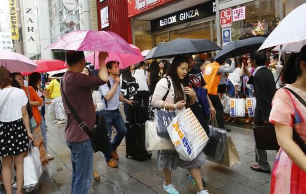 中國遊客近年熱愛赴日旅遊,「爆買」現象更成為話題。圖為東京資料照。(美聯社)