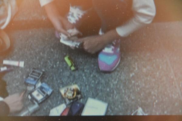 湖內警方憑著紅色球鞋認出劉嫌,在大賣場甕中捉鱉將他逮捕到案。(記者蘇福男翻攝)