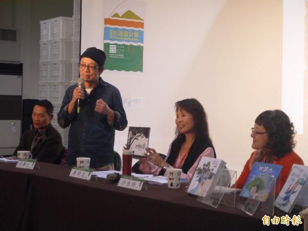 主編何華仁表示,這次的繪本創作更融入生態關懷的元素。(記者簡惠茹攝)