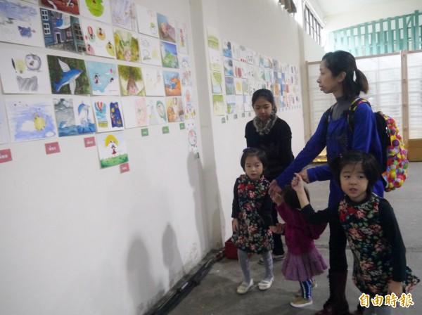 發表會會場也展出學員的畫作。(記者簡惠茹攝)