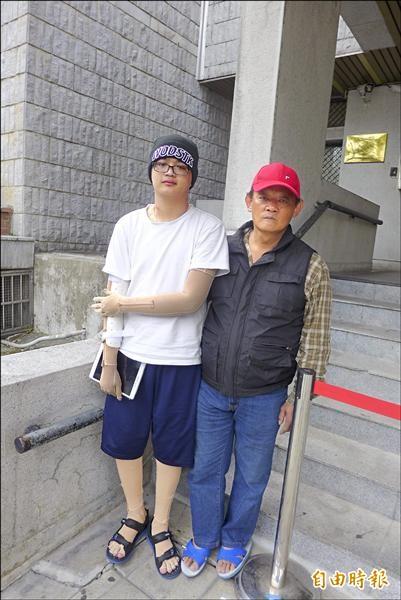 八仙塵爆受傷的阮俊茗,和盡心盡力照顧他的父親。(記者金仁晧攝)