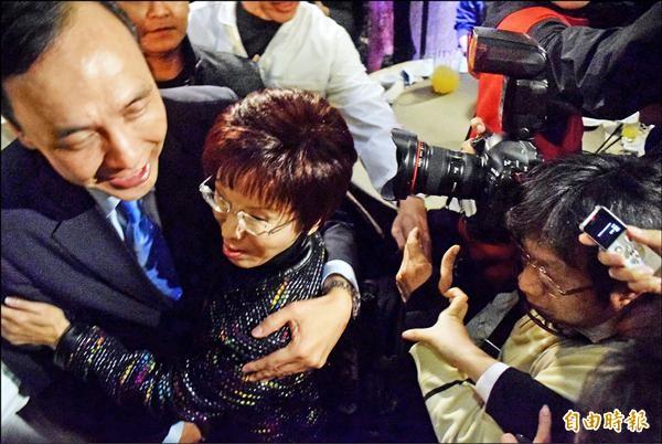 國民黨總統候選人朱立倫、立法院副院長洪秀柱,昨晚出席中華民族團結協會聯誼活動,洪被群眾、記者不慎擠倒,朱獻上擁抱稱「我保護妳」。(記者陳韋宗攝)