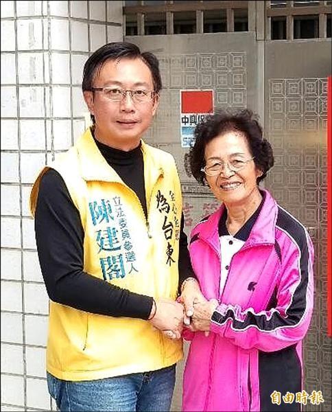陳建閣(左)拜會銀髮族,強調當選後會落實老人福利政策。(記者張存薇攝)