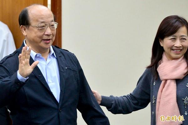 胡志強(左)與朱立倫共同召開記者會,強調應該讓四報一社與公視合辦辯論,否決由三立電視台先辦的要求。(記者王藝菘攝)