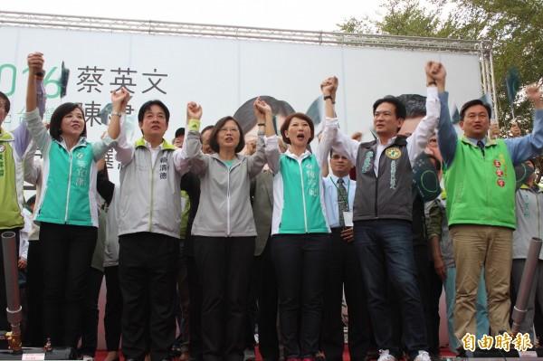 蔡英文參與造勢活動,也為台南立委候選人拉抬選情。(記者林孟婷攝)