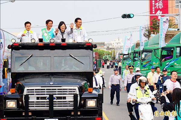 民進黨總統候選人蔡英文(車上右二)昨赴彰化參加交通運輸後援總會成立大會,搭上吉普車向支持者揮手致意。(記者涂鉅旻攝)