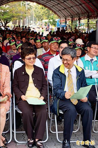 民進黨副總統候選人陳建仁與妻羅鳳蘋(左)昨出席全國基督徒英仁後援會成立大會,太太首度亮相,大仁哥露出靦腆笑容。(記者涂鉅旻攝)