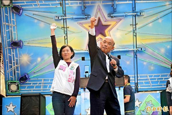蘇巧慧(左)成立後援會,父親、前行政院長蘇貞昌(右)站台助講。(記者陳韋宗攝)