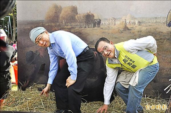 台北市長柯文哲(左)接受高志鵬邀請,參加紙風車創意園遊會,並與高志鵬(右)一起體驗名畫互動遊戲。(記者郭顏慧攝)