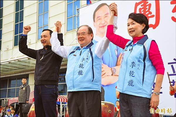 李乾龍(中)昨在三重體育場旁空地成立競選總部,朱立倫(左)到場站台。(記者郭顏慧攝)