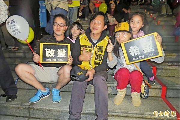 黃國昌昨晚在汐止公所前廣場舉辦在地音樂節,支持者到場參與,還爭相與黃國昌合照。(記者俞肇福攝)