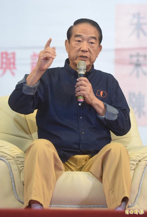 宋楚瑜強調,台灣產業過度集中於北部,房價自然高漲,對於稅制改革,要「開源節流,量入為出」,更以世大運為例,批評政府是在浪費納稅人的錢。(記者簡榮豐攝)