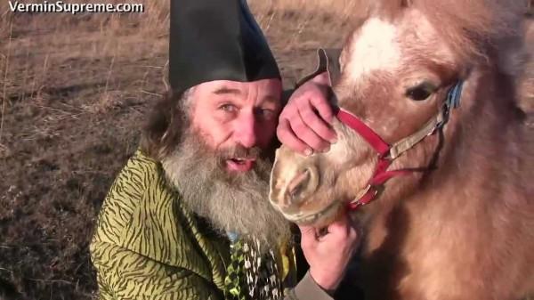Vermin的政見中,他承諾當選後會發給每人一匹小馬,他說「當我們有小馬後,美好的日子就會來臨」(圖擷自Vermin Supreme.com)