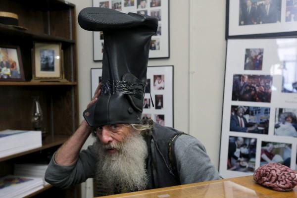 頭戴雨靴的Vermin Supreme是麻薩諸塞州的行為藝術家,自2008年第一次參加總統初選以來,這次已是他第4次參選。(路透)