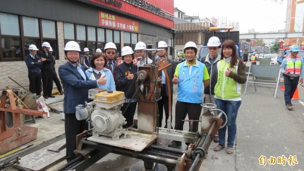 市議員與建設局視察文心路與五權西路的路平工程(記者蘇金鳳攝)