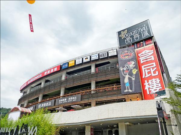 創意設計師曾俊琳在晶喜城進駐設攤,更在開幕典禮後,掛上含屁樓字樣的斗大布幔,格外引人注意。(資料照)