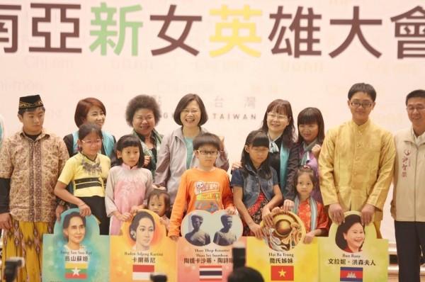 民進黨總統候選人蔡英文指出,每個新移民都豐富了當地的文化,他們的後代也成為「新台灣之子」,這對整個台灣社會來說都是珍貴的資產。(圖擷自「蔡英文 Tsai Ing-wen」臉書)