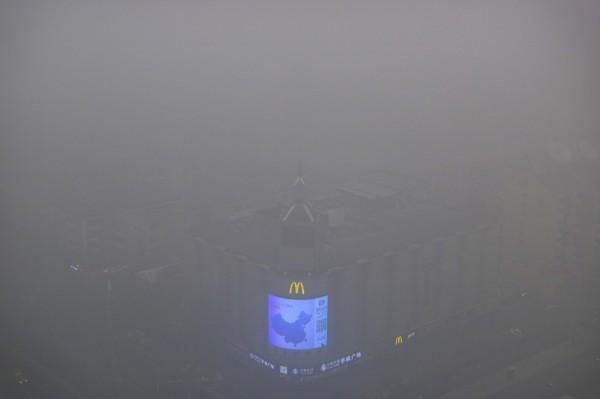 北京今天(7日)晚間發布空氣汙染預警,從原本的橙色提到最高的紅色預警。(美聯社資料照)