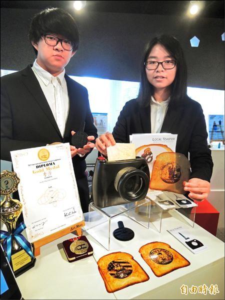 新竹市中華大學學生發明道地吐司機,做成拍立得外觀,還製作感應片,可客製化圖案,烤印在吐司上,也能調整烤麵包的時間,鬆軟焦硬度都可自行掌控。(記者洪美秀攝)