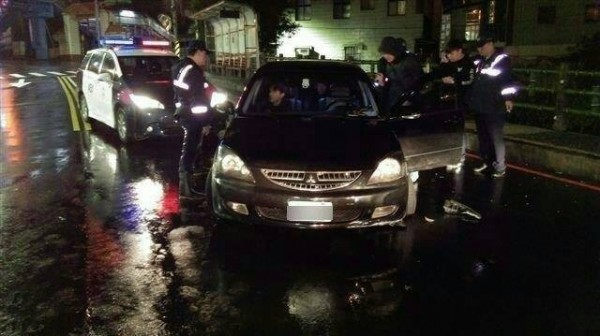 陳姓男子與2友人在車內才拉完K,便失控自撞路旁人行道,乖乖就擒。(記者林嘉東翻攝)