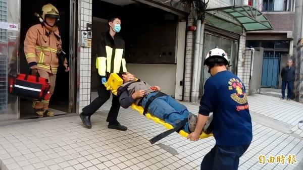 消防人員接力救出陳男(記者余衡攝)