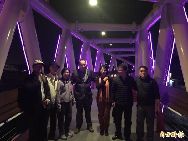 西班牙薩拉戈薩(Zaragoza)市政府市中心區更新計畫主持人Mr. Juan Pradas(左4)在水利局陪同下騎單車參觀山海圳綠道自行車橋。(記者洪瑞琴攝)