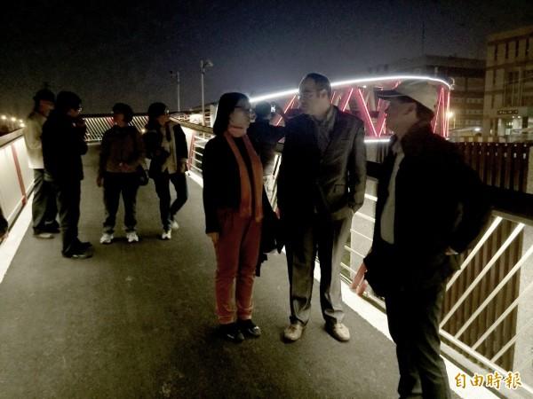 西班牙薩拉戈薩(Zaragoza)市政府市中心區更新計畫主持人Mr. Juan Pradas(右2)在水利局陪同下騎單車參觀山海圳綠道自行車橋。(記者洪瑞琴攝)