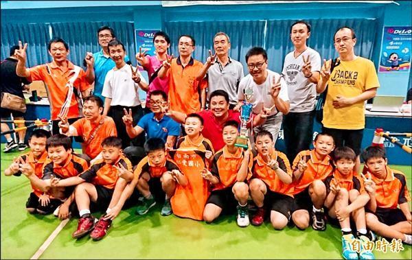 仁愛國小羽球隊連霸,教練鄭勝鍇(右二)卻無法獲聘為專任運動教練。(記者楊金城攝)