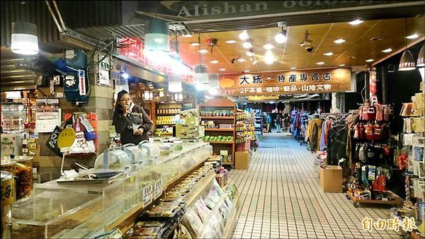 阿里山森林遊樂區因中國旅遊團留宿者少,商店區入夜後遊客稀疏,店家盼增設旅館與餐廳。(記者余雪蘭攝)